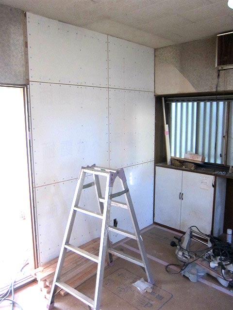 キッチンの壁を交換