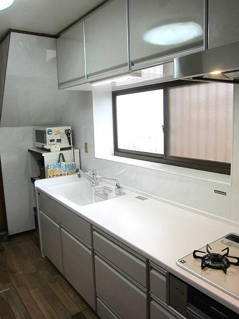 手入れ簡単な壁と広い調理スペース