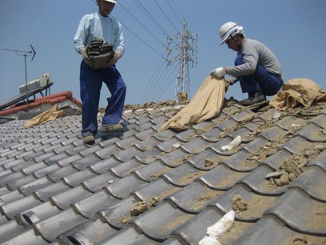 耐震工事例「屋根から瓦を撤去」