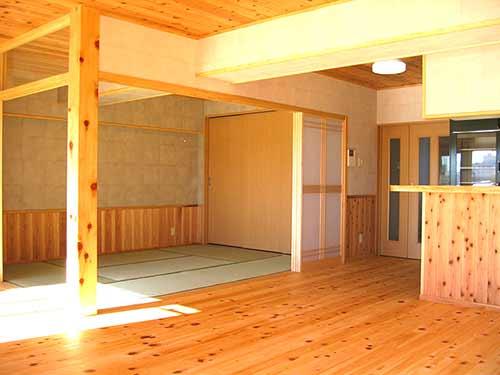 室内の空気が自然循環する開放感がある室内