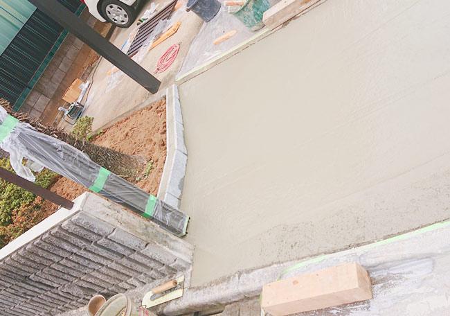 土間コンクリート打ち及び建柱工事