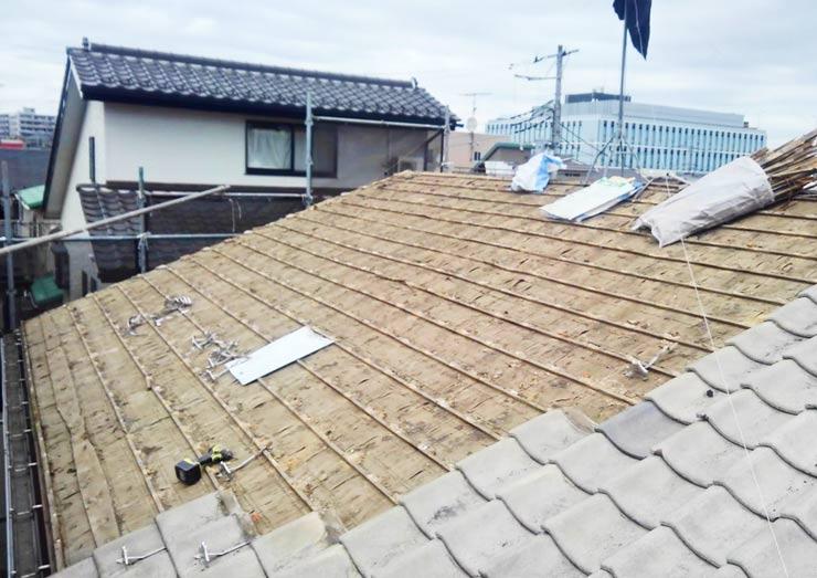 既存の屋根を剥がしていきます