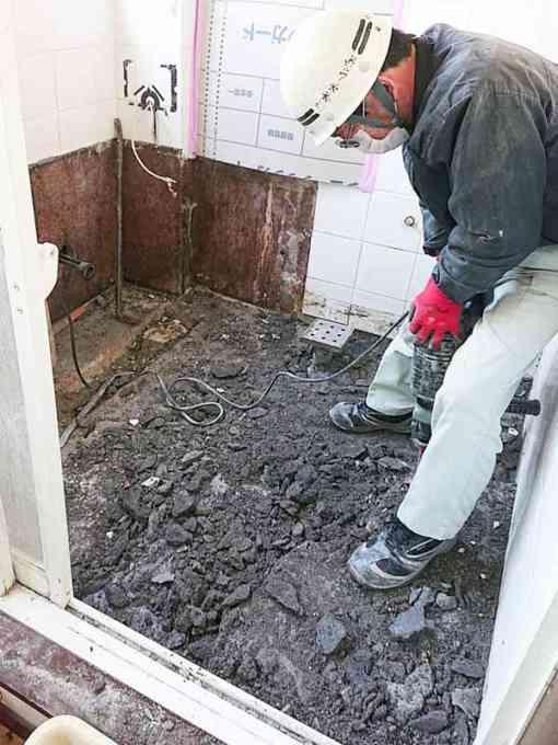 既存浴室を解体していきます